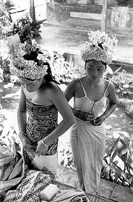 Préparation pour la danse Baris.Ubud, Bali, Indonésie, 1949
