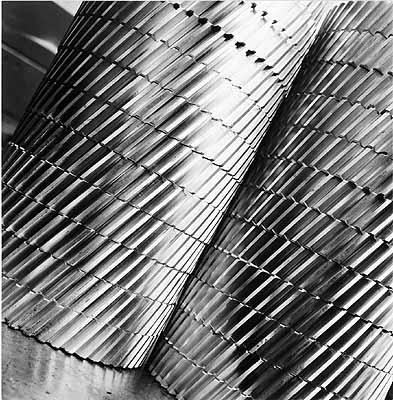 Schräg verzahnte Nockenwellenräder in Halle 4, Silbergelatine, Sammlung F.C. Gundlach