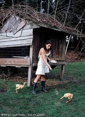 Margot Quan Knight  . Chicken Feed (The Garden), 2003 stampa lambda su alluminio 100 x 70 cm ed. 1/7