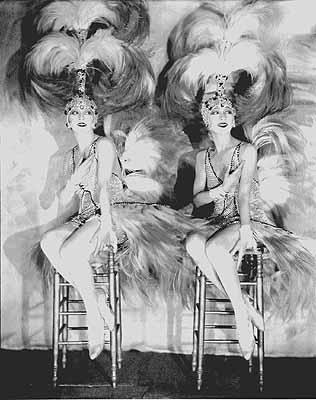 Die Dolly Sisters in Kostümen für ihre Revue Paris-New York, Casino de Paris 1927  / Dolly Sisters in costume for their revue Paris-New York, Casino de Paris 1927