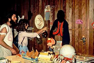 Traveling Garage Sale1977, San FranciscoInstallationsansicht© Martha Rosler
