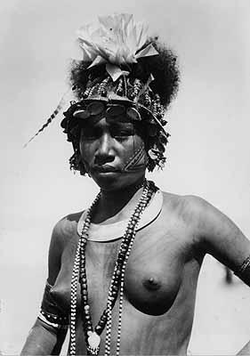 Frau mit Gesichts- und Brust-Tatoos, Gaili Village, Port Moresby, 1935
