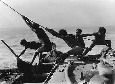 Seeleute beim Hissen des Großsegels eines Lakatoi-Kanus, 1935