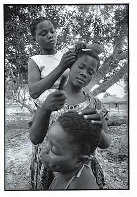 Ferhat Vali MomadeTime-saving behavior, putting hands to work Savane, Sofala Province 1996© Ferhat Vali MomadeFrom ‹Iluminando Vidas› 2002 Christoph Merian Verlag
