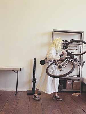 aus: Princess Goes to Bed with a Mountain Bike, 2001, # 06 und 07, Serie von 8 C-prints auf Aluminium montiert, 166 x 126 cm, Auflage von 3, Courtesy Galerie c/o Atle Gerhardsen, Berlin
