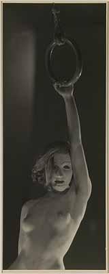 Dora MaarAssia au masque blanc, à un anneau, um 1934 (Maske am Ring)s/w Photographie© Collection David Raymond, New York