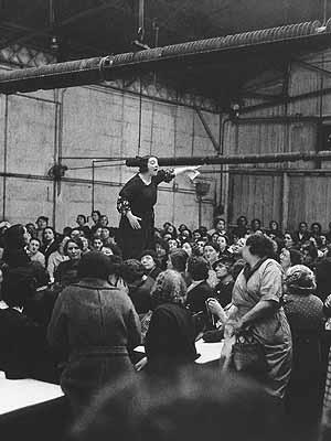 Willy Ronis - Das Leben im Vorbeigehen: Streik bei Citroën, Rose Zehner - Paris 1938, © Rapho