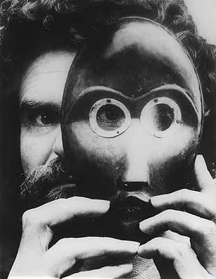 Hubert Fichte mit Dan-Maske, 1979. Photo: Leonore Mau