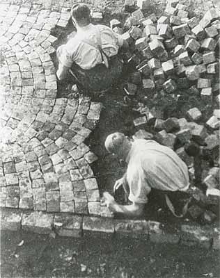 Ella Bergmann-Michel:Straßenbau (Herstellung von Kopfsteinpflaster), 1928-32Bromsilbergelatine