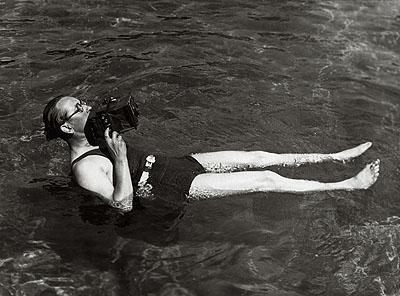 Der Fotograf Martin Munkácsi im Wasser mit Kamera © Joan Munkácsi. Courtesy F. C. Gundlach Foundation