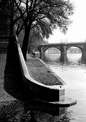 Dorothy Bohm Die Seine, Quai du Louvre und Pont Neuf, Paris 1955