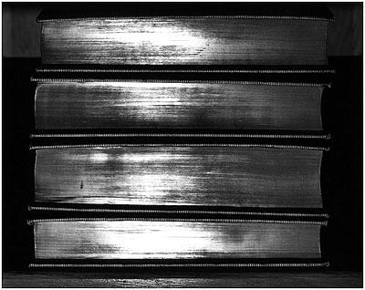 Abelardo Morell Shiny Books, 2000, Gelatinesilberabzug, 50 x 60 cm,courtesy Bonni Benrubi Gallery, NYC.