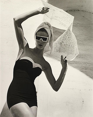 Louise Dahl-Wolfe 1895 – 1989. Jean Patchett with Map. Granada, 1953 . Silbergelatine, 47,8 x 37,8 cm. © Louise Dahl-Wolfe, courtesy Staley-Wise Gallery, New York