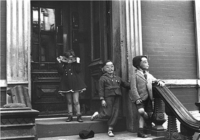 Helen Levitt Untitled, New York (kids in masks on stoop) 28 x 35,5 cm, Silbergelatineabzug