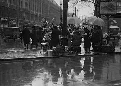 Sasha Stone Blumenfrauen am Potsdamer Platz 1927/28 © Serge Stone