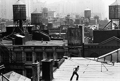 Trisha Brown, Roof Piece, 1973 Foto © 1973  CONTACT _Con-441C13711 c s l Babette Mangolte 7173-21A