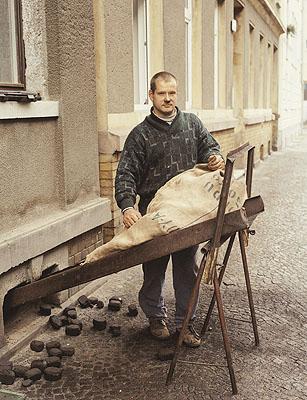Mann bei Kohlelieferung, Leipzig, 1997, C-print, 24,5 x 31,5 cm. © Bernhard Fuchs