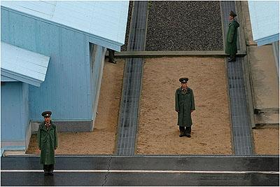 Les gardes frontières nord-coréens sur le 38ème ParallèleCorée du Nord, 2005  © Sergey Maximishin