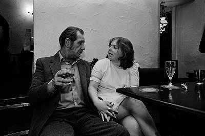 Jürgen Schadeberg, Lovers in London Pub 1970th, courtesy Seippel Gallery Cologne - Johannesburg