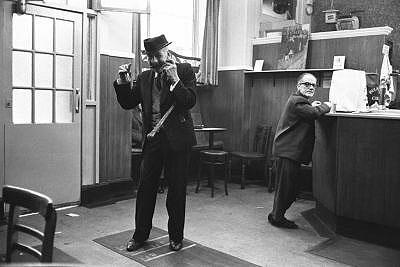 Jürgen Schadeberg, Song and dance Man, Glasgow 1968, courtesy Seippel Gallery Cologne - Johannesburg