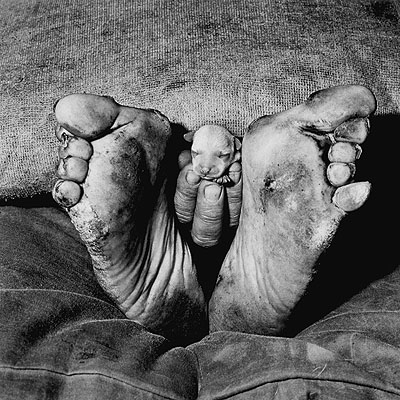 Roger Ballen. Puppy between feet, 1999 © Roger Ballen. Courtesy Galerie Johnen & Schöttle, Köln