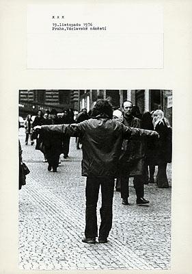 Jirí Kovanda19. listopadu 1976 Praha, Václavské nám_stí November 19, 1976 Prague, Wenceslas SquareCourtesy: Kontakt. Die Kunstsammlung der Erste Bank-Gruppe; gb agency, Paris© Jirí Kovanda