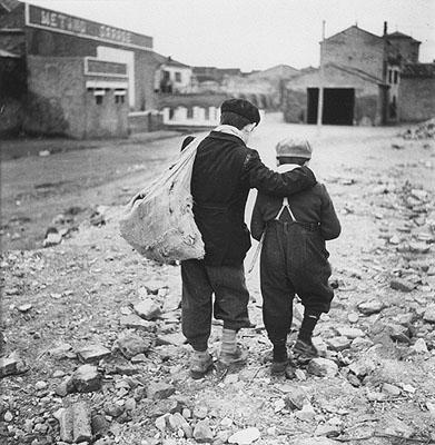 Enrico Pasquali Bambini, periferia di Comacchio, Emilia-Romagna 1955 (Children on the outskirts of Comacchio) Gelatin-silver print, 41,3 x 31 cm © Eredi Enrico Pasquali