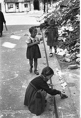 Petites filles jouant dans les gravats. Berlin, 1946 © Bildarchiv Preußischer Kulturbesitz Berlin
