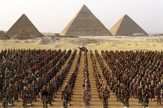 © HA Schult: Giza, Cairo, 2002, photograph by Thomas Hoepker