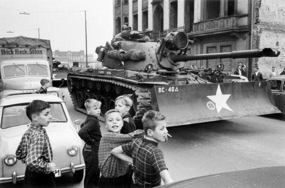 Kinder vor einem Panzer der US Army in der Friedrichstraße, Oktober 1961 © Will McBride