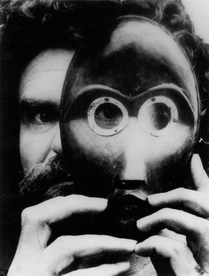 Leonore Mau: Hubert Fichte mit Dan-Maske