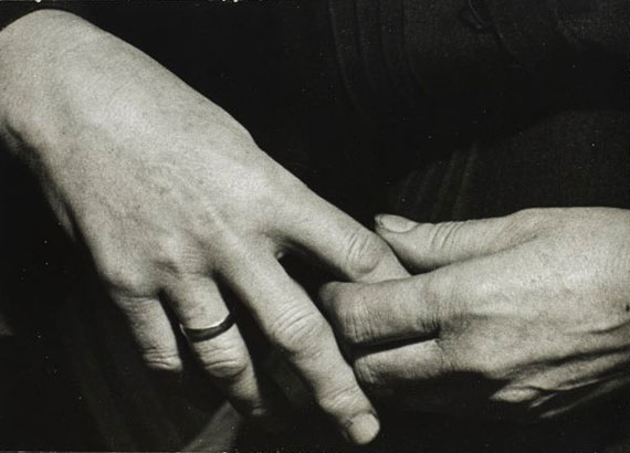 André KERTÉSZ (1894-1985) LES MAINS DE MA MÈRE, BUDAPEST, 1919 GELATIN SILVER PRINT ON DOUBLE WEIGHT PAPER, CIRCA 1960-1970; DATED AND ARTIST'S STAMP ON VERSO; ANNOTATIONS IN PENCIL BY NICOLAS DUCROT ON VERSO; 12,40 w: 17,10 cm  (4,84 × 6,67 in.)Estimation 1 000 - 2 000 €