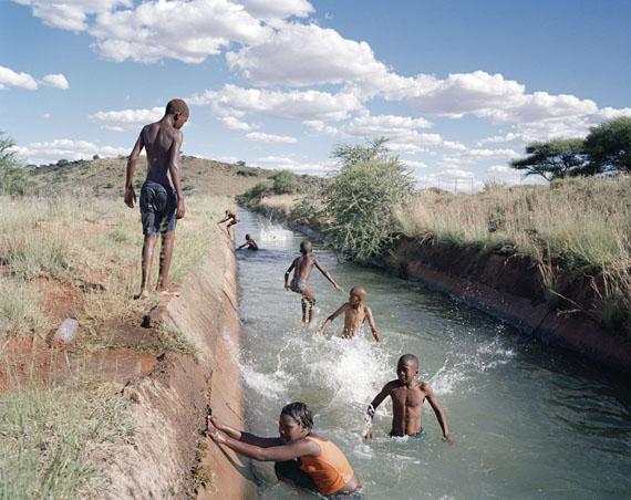 © Ilan Godfrey, Schwimmen im Langen Meer, Diamanthoogte, Koffiefontein, Free State, aus der Serie Legacy of the Mine, 2011-2013
