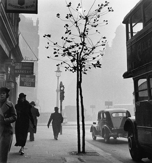 Wolf Suschitzky: Charing Cross Road #4, London, 1937