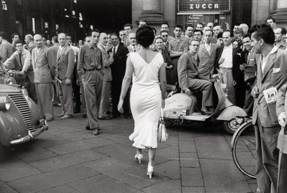 Mario De BiasiGli italiani si voltanoMilano 1954© Archivio De Biasi
