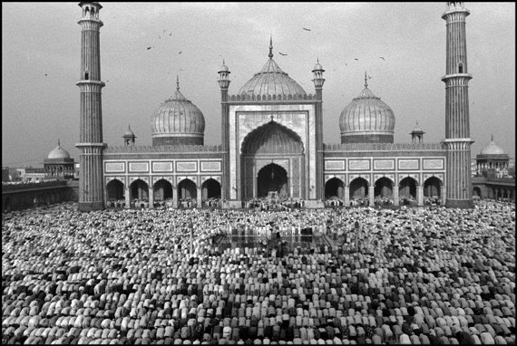 Fitr prayer marks the end of Ramadan. Jamaa Masjid mosque. Dehli, India. 1994