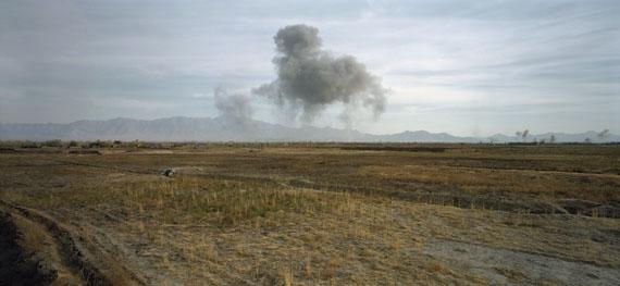 Luc Delahaye: US Bombing on Taliban Positions, 2001© Courtesy Luc Delahaye & Galerie Nathalie Obadia, Paris/Bruxelles