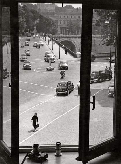 © Herbert List: 'Blick aus dem Fenster, Via Lungarina 65, Rom 1953 / Courtesy Johanna Breede PHOTOKUNST