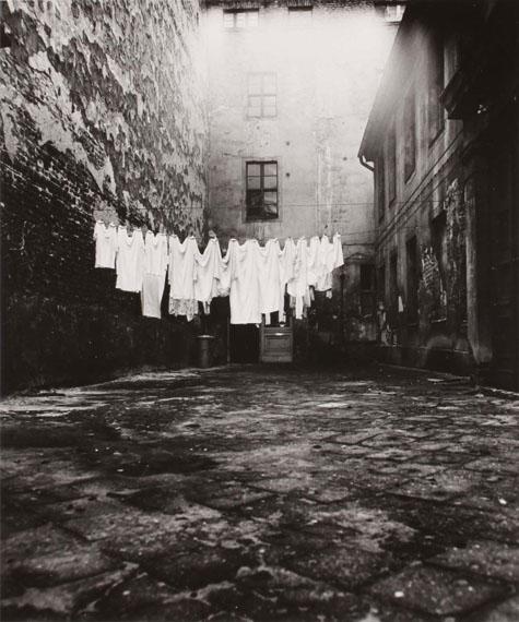 Manfred Paul: Wäsche im Hinterhof 1973