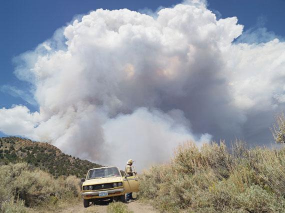 "Lucas Foglia: George Chasing Wildfires, Eureka, Nevada, aus der Serie/from the series ""Frontcountry"", 2012 © Lucas Foglia"
