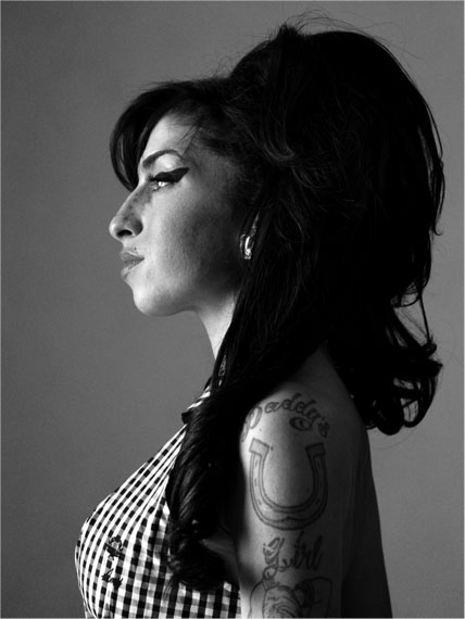 Amy Winehouse, London, 2010 – 140 x 105 cm – Edition 2/7  ©  Bryan Adams