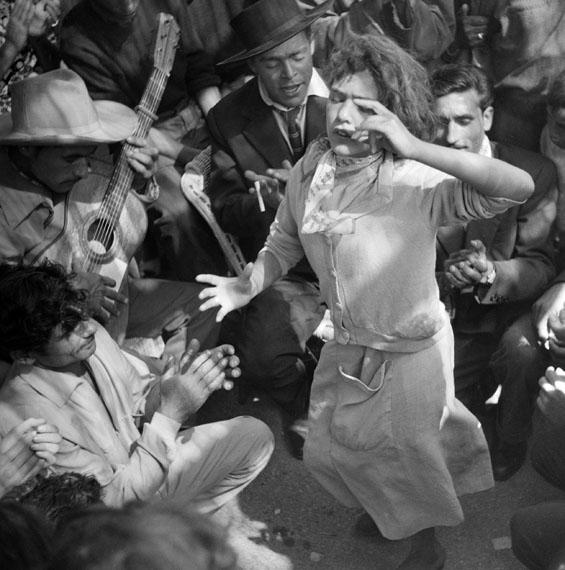 LUCIEN CLERGUE: Danseuse gitane, 1959 Silbergelatineabzug / silver gelatin print, 30 x 40 cm© Atelier Lucien Clergue, Courtesy Beck & Eggeling / VG Bild-Kunst, Bonn 2016
