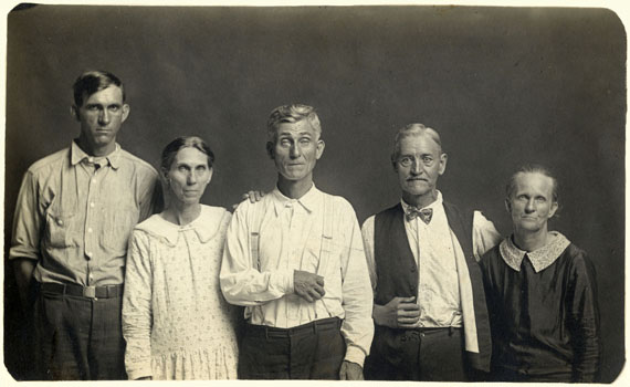 Mike Disfarmer: Joe and Fanny Carr, Mose Harmon, and Bill and Julia Harlan 1930 © Mike Disfarmer / courtesy of the Edwynn Houk Gallery New York