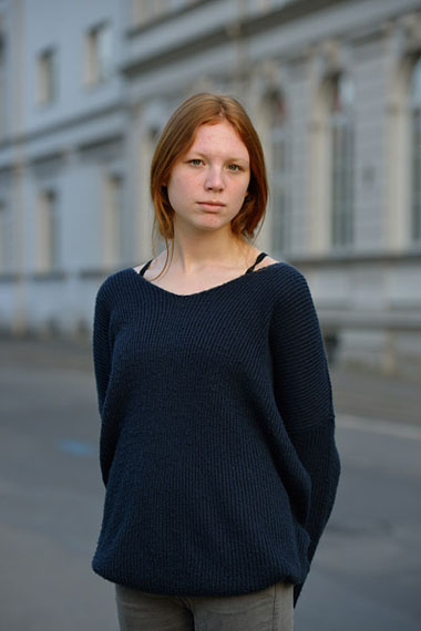 Göran Gnaudschun: Junge rothaarige Frau in der Appelstraße, 2015