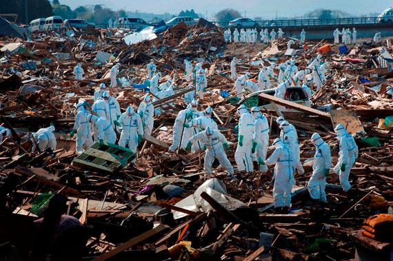 Ryûichi Hirokawa, Präf. Fukushima, Japan 2011Die Suche nach Vermissten konnte wegen der hohen Radioaktivität erst einen Monat nach der Katastrophe beginnen.