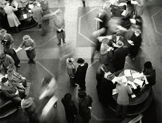 Herbert Dombrowski: Börse III, 1957, Silbergelatine auf Baryt, 33 × 41 cm