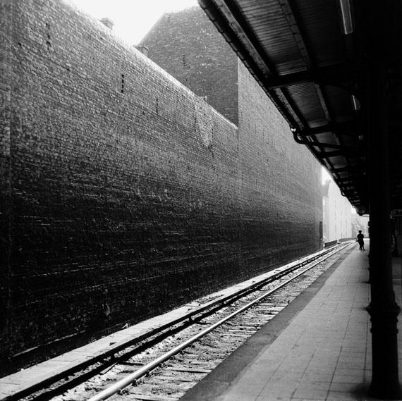 Rainer König: Berlin-Charlottenburg, S-Bahnhof Savignyplatz, 1966 © Rainer König