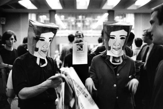 Verspottung des persischen Kaiserpaares, FU Westberlin, 2. Juni 1967© bpk, Kunstbibliothek, SMB, Bernard Larsson