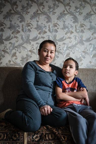 Lehrerin Marina und ihr Sohn Herman in ihrer Wohnung, Dezember 2015Beslan, Nordkaukasus, Russland © Heinrich Voelkel