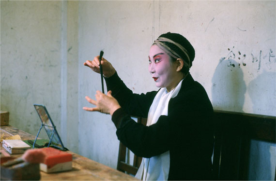 Ulrike Ottinger, An der Wehrgrabenbrücke, Kung Opera, 1985. Photograph. Context: China. The Arts – The People, Sichuan.